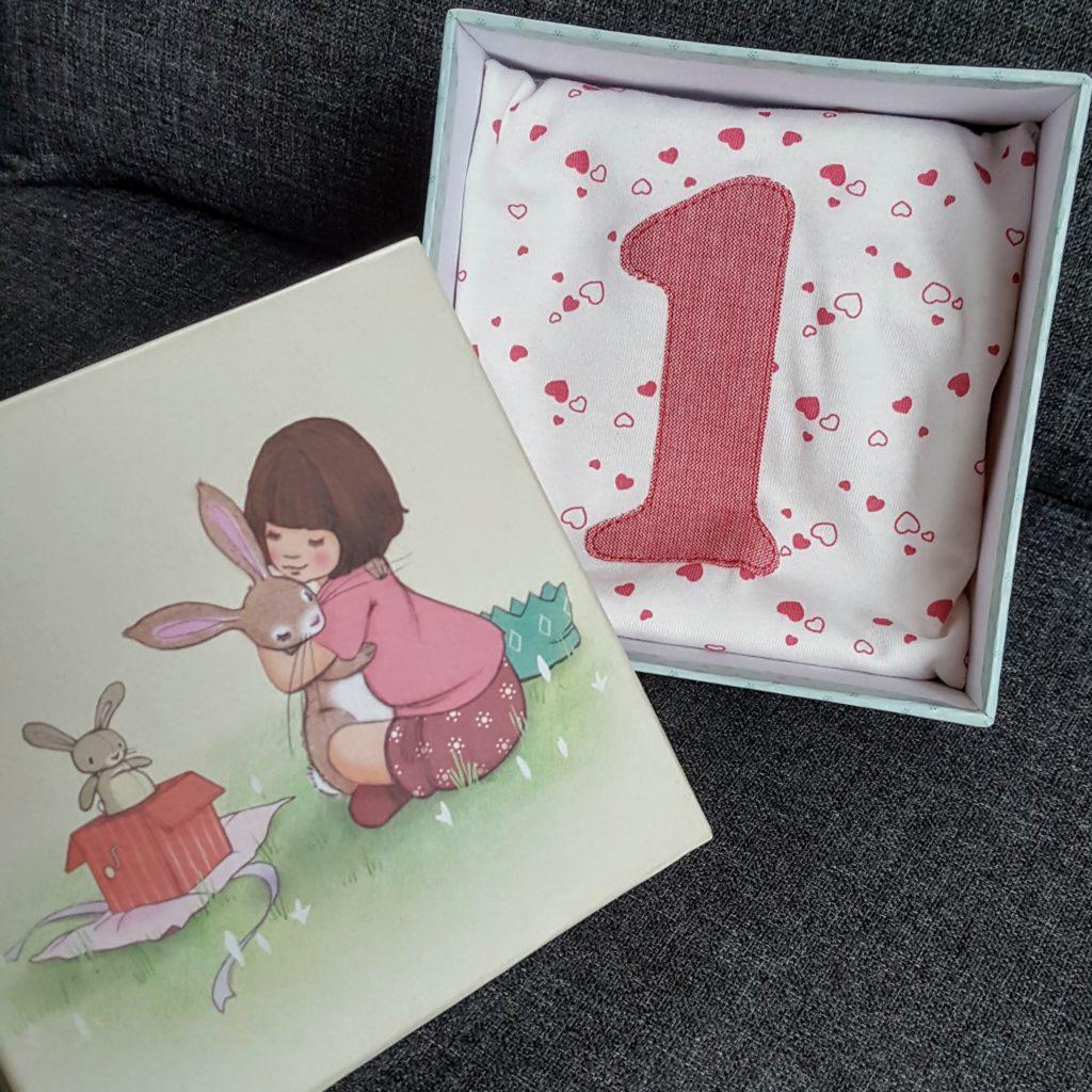 Geburtstags T-Shirt in Box 1. Geburtstag Frau Piefke schreibt