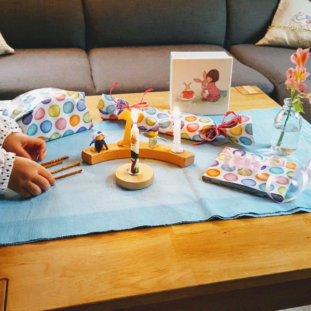 Der Geburtstagstisch zum 1. Geburtstag Frau Piefke schreibt