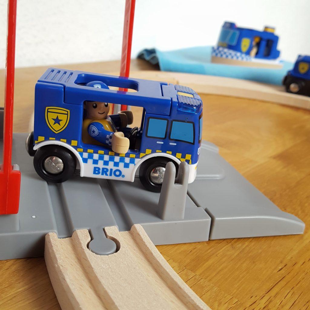 Bahnübergang Brio Polizei Frau Piefke schreibt