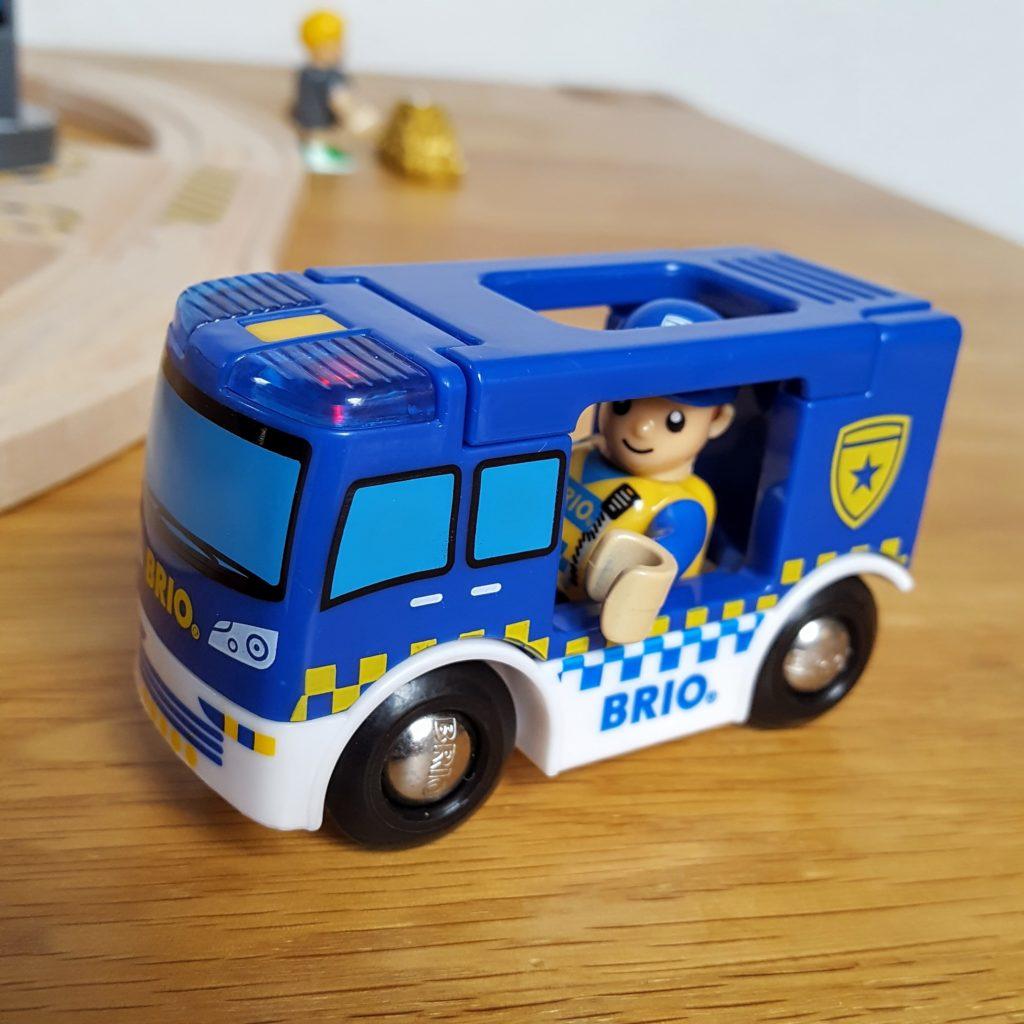 Polizist im Einsatz Brio Polizei Frau Piefke schreibt